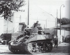 1944 - Provence- 1 habitant de st jean du var donne des indications au chef d'un char léger du 1er escadron du RICM - Crédit photo :  Ofic - source : Paul Gaujac