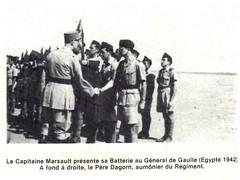 RA- 1942 - Egypte - Le cap Marsault présente sa batterie au GDG egypte 1942 a fond à d Père DAGORN aumonier du régiment