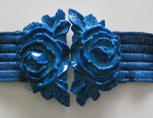 Skärp med blå rosor.