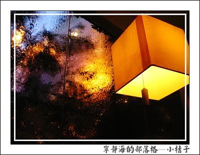小桔子_窗、水、燈