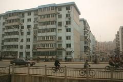 wederom vanuit de trein, een willekeurige Chinese stad (Dandong?)