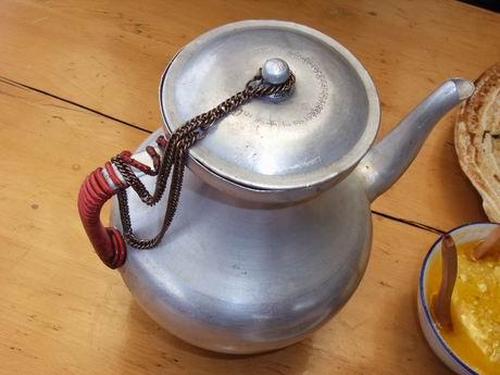 这壶里倒出的是酥油茶
