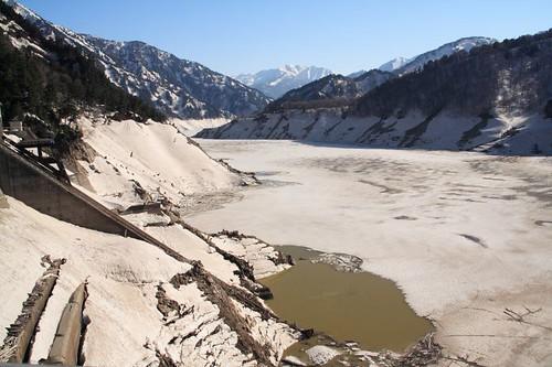 結冰的水庫湖面