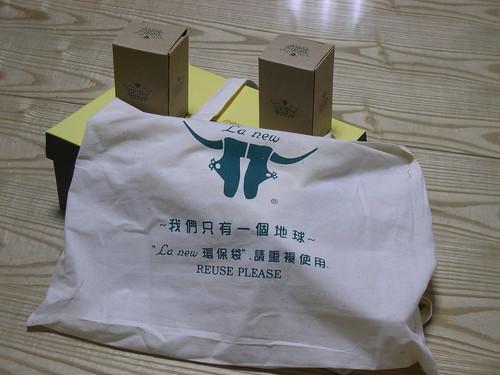 鞋盒上面兩個小盒子裝的是兩隻小熊