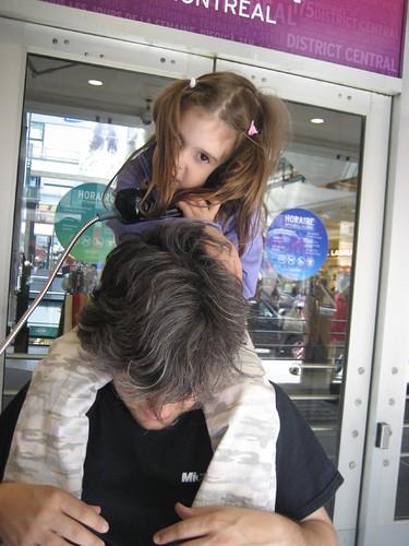 2006-08-26 28 De paseo por el centro-Hablando con la abu Caty