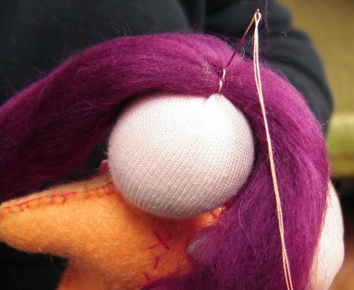 Как сделать кукле мальчику волосы из шерсти для валяния