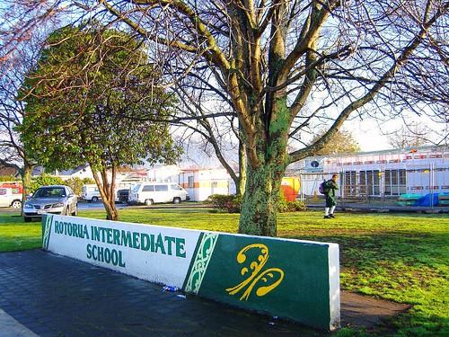 象徵大門的學校標誌