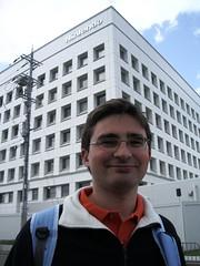 Junto al edificio de Nintendo Kyoto