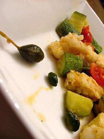 Filetti di merluzzo zucchine e pachino ,con frutti di cappero uvette e pistacchi di bronte