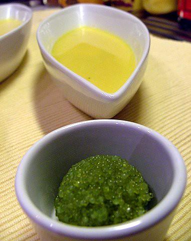 Soup froid du mais et ouefs du poisson volant au wasabi
