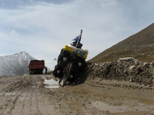 Massive ruts coming down from Shenli Daban Pass, western China. And my brakes were frozen. / シェンリダバン峠から降りて、道路が悪化する - シェンリダバン峠(天山山脈、中国)