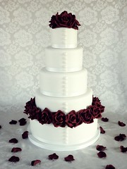 Red rose wedding cake photo by Mina Magiska Bakverk (My Magical Pastries)