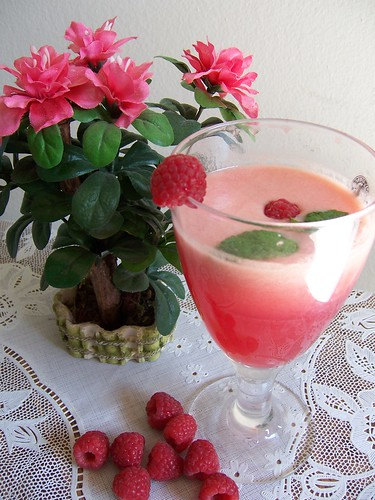 Raspberrie Juice topped with Mint leaves and Raspberry fruit