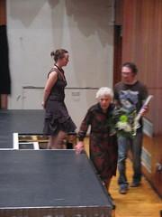 Eileen Beasley yn gadael y llwyfan