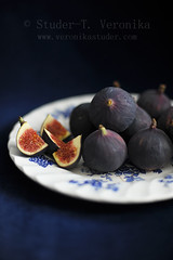 Figs on plate photo by StuderV