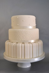 Ivory wedding cake photo by madebymariegreen