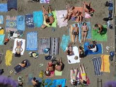 Tutti in spiaggia........ vicini vicini photo by khayyamm