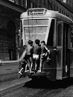 """scugnizzi partenopei aggrappati al """"trollo"""" del tram"""