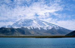 Blue water at the Karakul lake photo by Woods | Damien