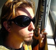 clurichaun de óculos olhando para o sol