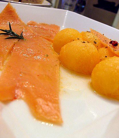 Salmone selvaggio affumicato al profumo di melone, pepe rosa e santoreggia