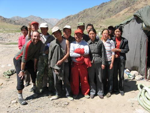 One of the many road gangs working hard to fix up the really, really bad road between Balguntay and Narat, western China / 道路を作る友達 - バルグンタイ町へ向かって(中国)