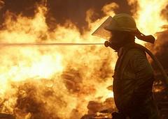 Un bombero en la localidad de Pazos de Borben (Foto AFP)