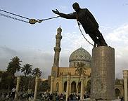 La caída del régimen dictatorial de Saddam Hussein se popularizó con esta imagen retransmitida en directo por televisión en todo el mundo