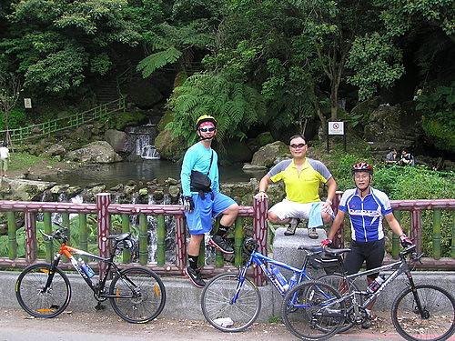 陽明公園後門瀑布區,很多遊客上山來此遊玩