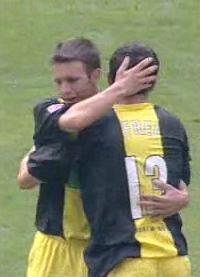 Marc-André Kruska gratuliert Alexander Frei zum 1:0