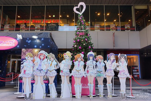 UDX一階広場、ラブライブ!スペシャルクリスマスツリーとμ'sのパネル