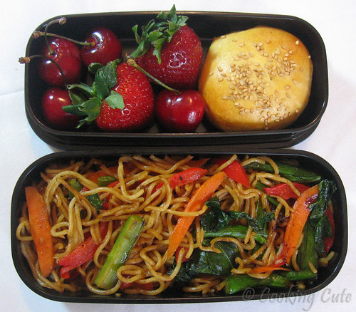 [chicken bun and yakisoba bento]