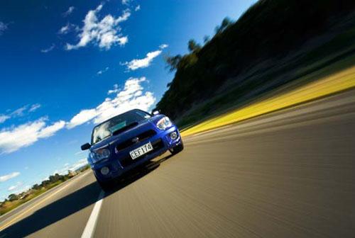 Fotografía de coche en movimiento