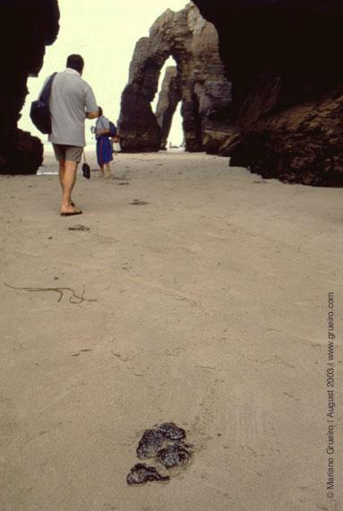 chapapote na praia de As Catedrais