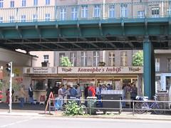 Puesto de currywurst debajo de la estaci�n de tren