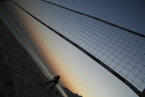 Voleibol al atardecer sobre la Playa de Ipanema