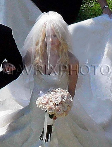 Avril got married - 01