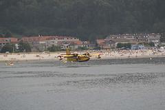 Repostaje hidroavión entre bañistas en Playa de La Ladeira (Baiona - Pontevedra) (Foto Julián Gutiérrez González)