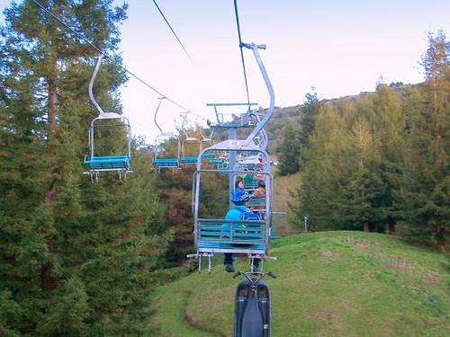 從後方遙看很像滑雪纜車