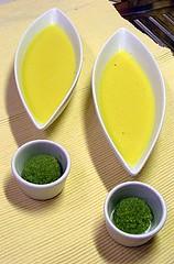 Soup froid du mais et oeufs du poisson volant au wasabi