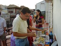 Un brasilero comiendo arepa