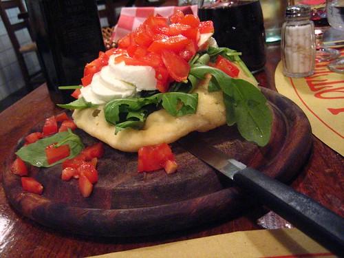 Gnocco con Mozzerella, Ruccola, e Pomodoro