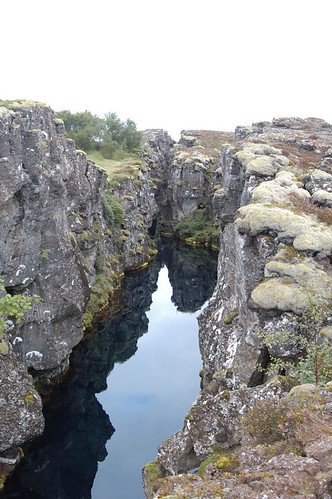 Rocks,_stream_@_Thingvellir,_Iceland_3.jpg