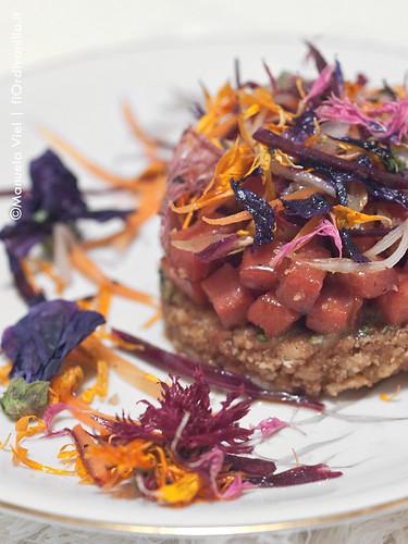 Biscotto integrale friabile con prosciutto caramellato e fiori