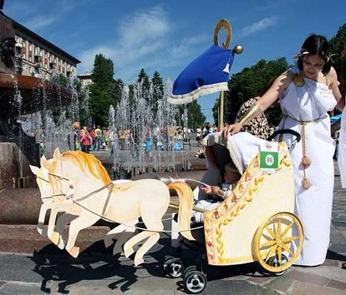 谁家的可爱宝宝?创意婴儿车大游行!