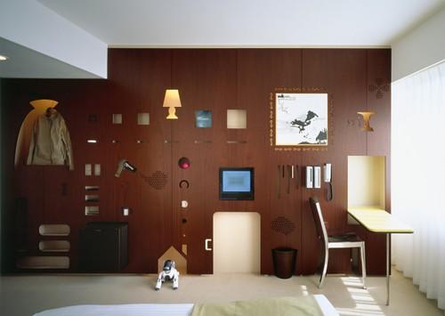 在墙上可以看到电视,电灯