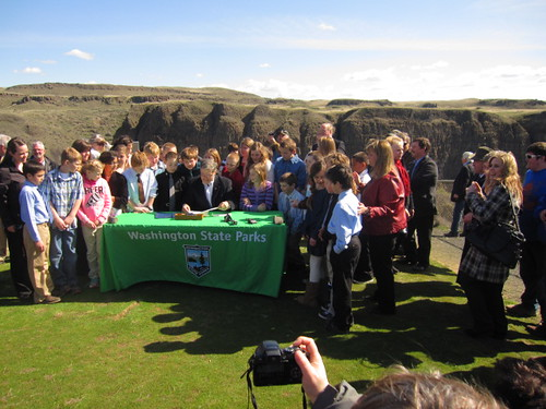 Children gather as governor signs Palouse Falls bill