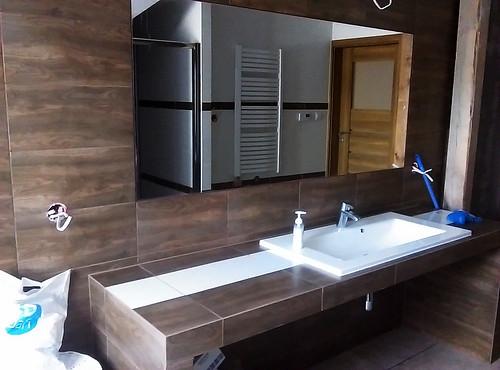 łazienka na poddaszu ze skosami