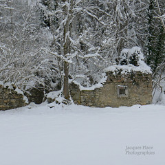 Ruines sous la neige photo by Jacques Place