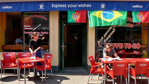 Portugiesisches Café mit portugiesischen und brasilianischen Fahnen